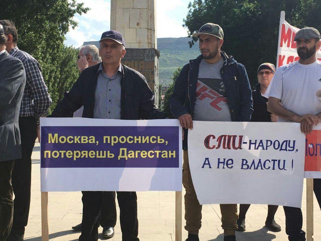 ВМахачкале митингующего Абдуллу Габибулаева задержали из-за майки спрезидентом