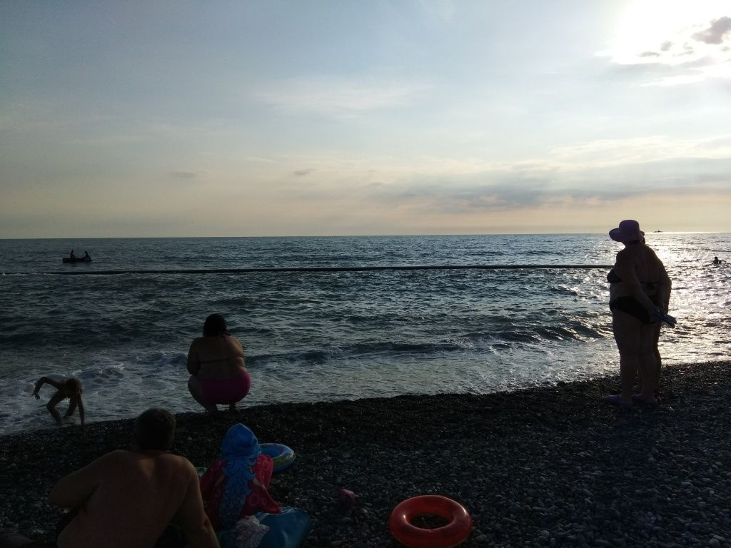 В Сочи мимо отдыхающих в море проплывала канализационная труба