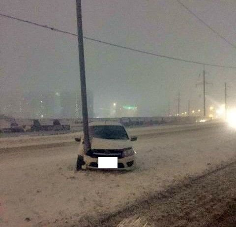ВСтавропольском крае нетрезвый таксист врезался встолб и удалился, оставив пассажира