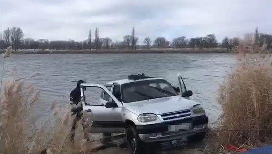 Работники государственной автоинспекции спасли водителя изтонущего автомобиля