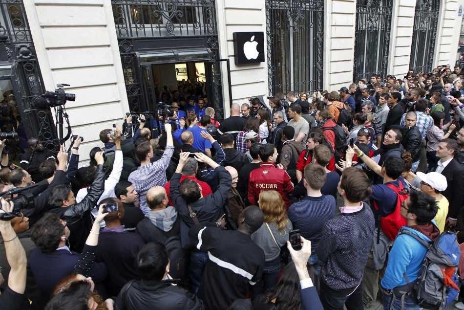 Место вочереди зановым iPhone реализуют за250 тыс. руб.